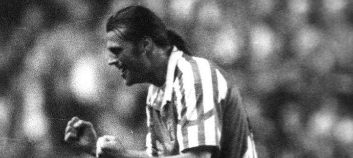 Radost Tomáše Skuhravého z gólu při kvalifikaci na EURO 1996.