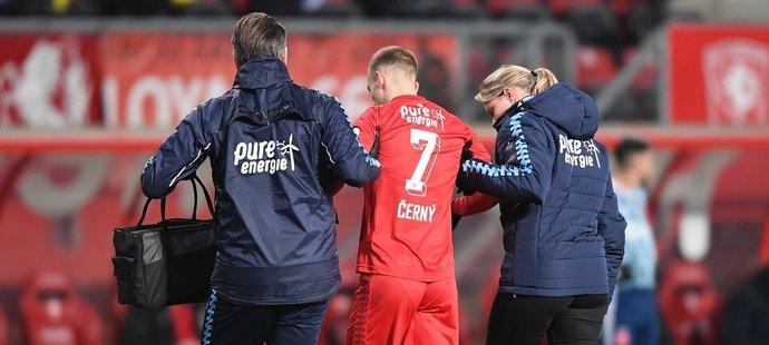 Pro fotbalistu Václava Černého z Twente Enschede předčasně skončila sezona. Vyšetření potvrdilo, že si v zápase s Ajaxem přetrhnul vaz v koleni.