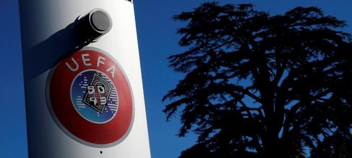 Logo UEFA před sídlem v Nyonu