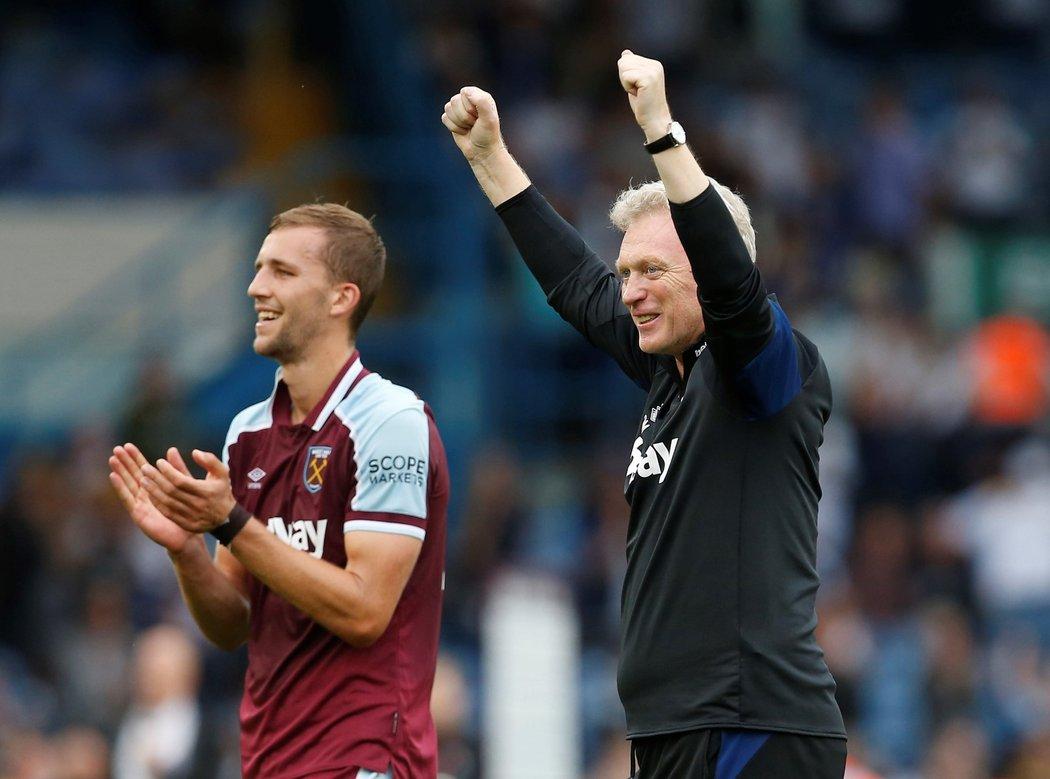 Tomáš Souček (vlevo) a trenér David Moyes (vpravo) se radují z výhry nad Leedsem