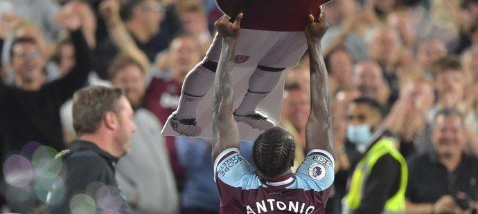 Michail Antonio oslavuje svůj rekordní gól za West Ham, stal se nejlepším střelcem v klubové historii