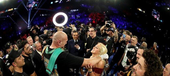 """Tyson Fury a vyprodaná arena si společně zazpívali hit od Madonny """"American Pie""""."""
