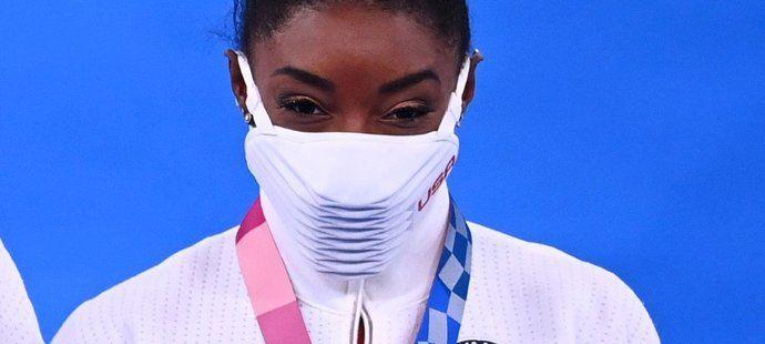 Americká gymnastka Simone Bilesová pózuje se stříbrnou medailí z Letních olympijských her 2021