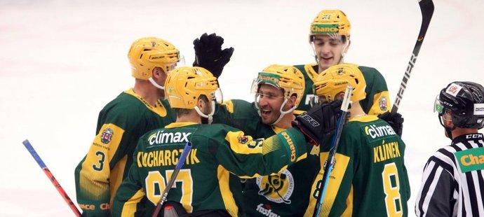 Hokejisté Vsetína slaví po gólu proti Slavii, kterou nakonec porazili 5:0