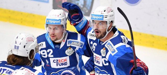 Brněnští hokejisté oslavují trefu kapitána Martina Zaťoviče (vpravo)