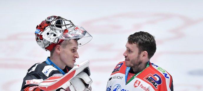 Třinecký brankář Jakub Štěpánek se po zápase baví s Konstantinem Barulinem z Pardubic