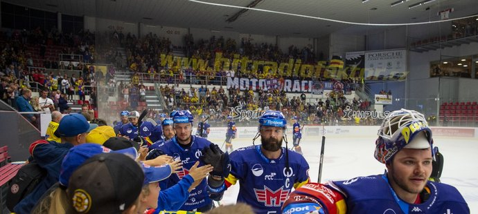 Českobudějovičtí hokejisté oslavují s fanoušky úvodní domácí vítězství