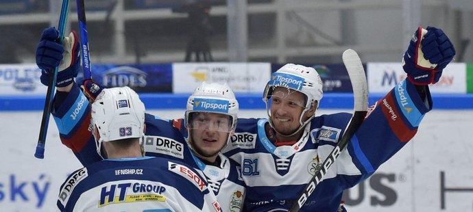 Hokejisté brněnské Komety se radují z gólu útočníka Daniela Rákose (vpravo)