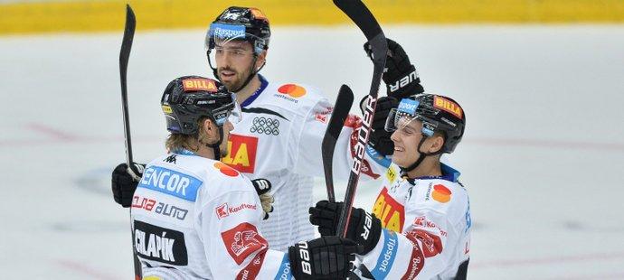 Hokejisté Sparty se radují z gólu útočníka Filipa Chlapíka (ilustrační foto)