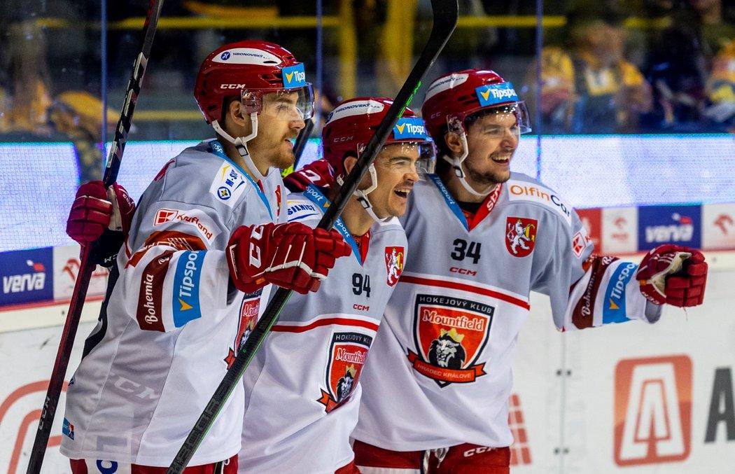 Hradečtí hokejisté se radují z gólu francouzského útočníka Jordana Perreta (uprostřed)