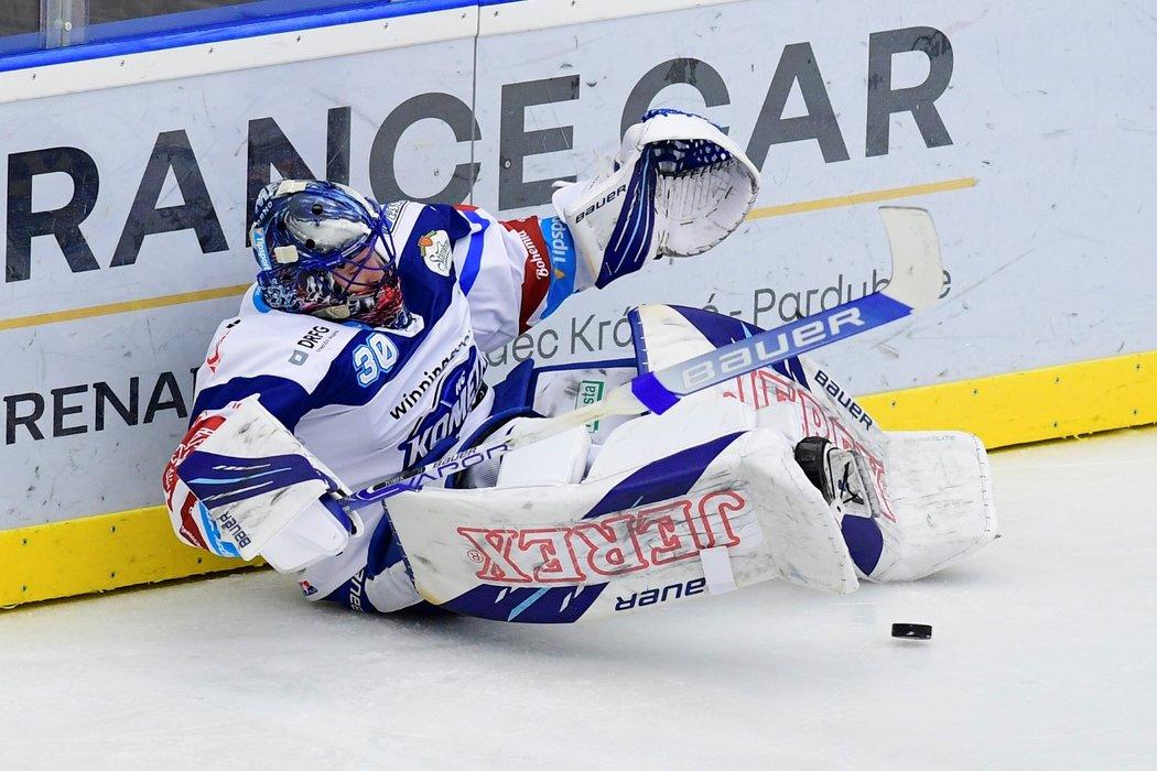 Gólman Komety Matej Tomek padá k ledu u mantinelu