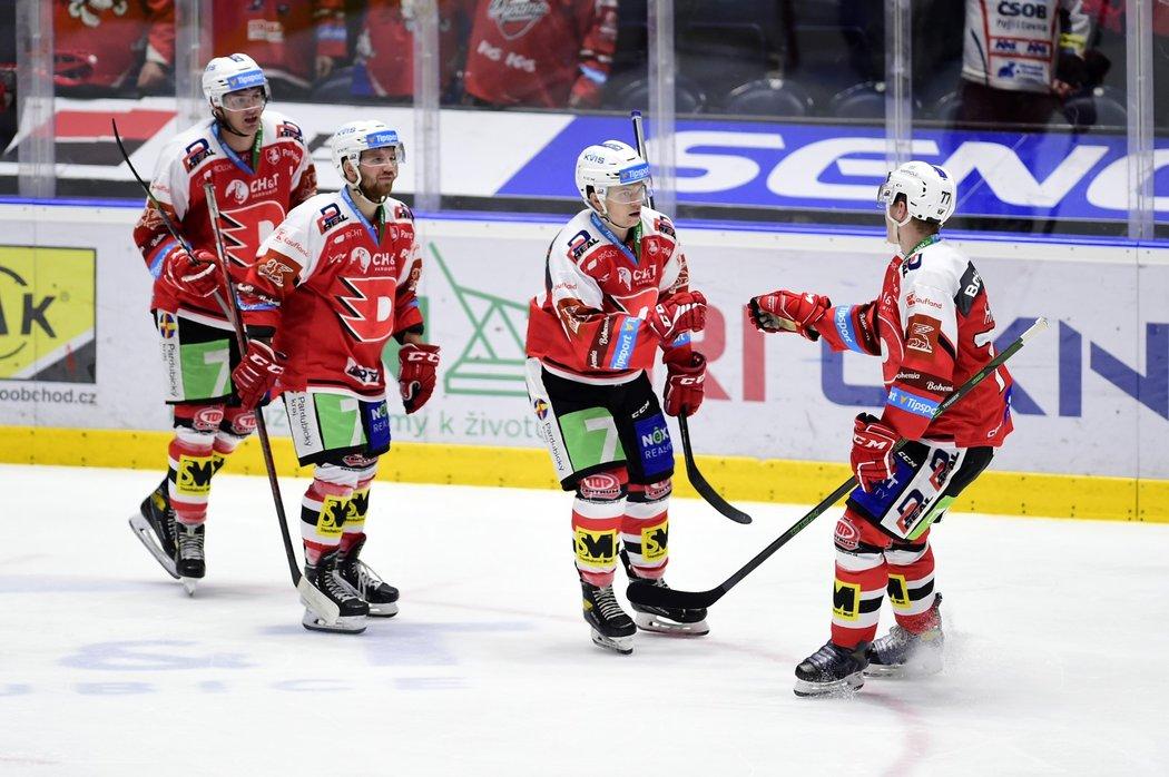 Útočník Matěj Blümel (uprostřed) přijímá gratulace ke gólu od parťáků z Pardubic