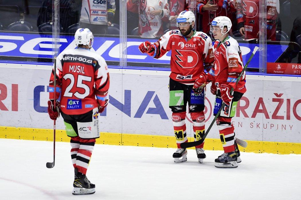 Pardubičtí hokejisté se radují z gólu útočníka Roberta Kousala (uprostřed)