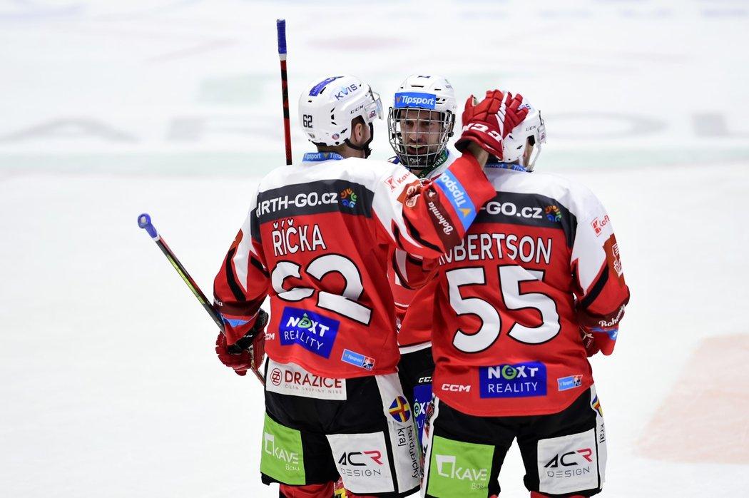 Hokejisté Pardubic i s navrátilcem Ondřejem Romanem (uprostřed) slaví gól
