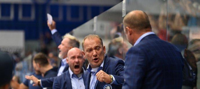 Plzeňský trenér Václav Baďouček (uprostřed) oslavuje s kolegy výhru při domácí premiéře
