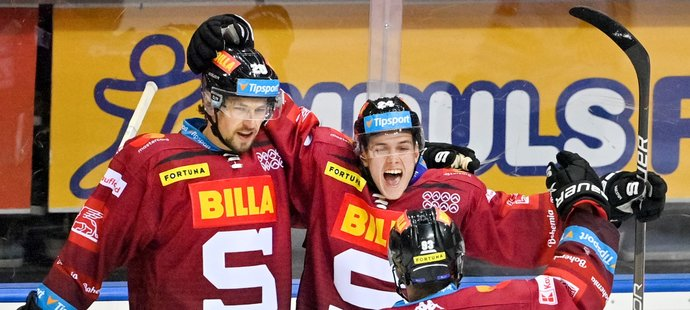 Hokejisté Sparty slaví premiérovou trefu útočníka Jakuba Konečného (uprostřed)
