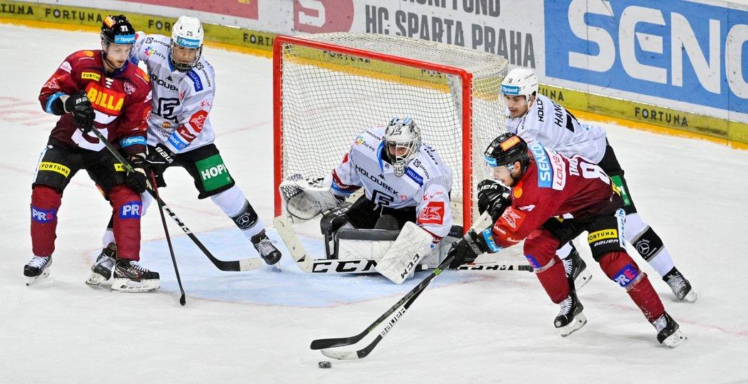 Sparťanský tahoun Erik Thorell se po obkroužení brány snaží zaútočit na gólmana Karlových Varů Vladislava Habala