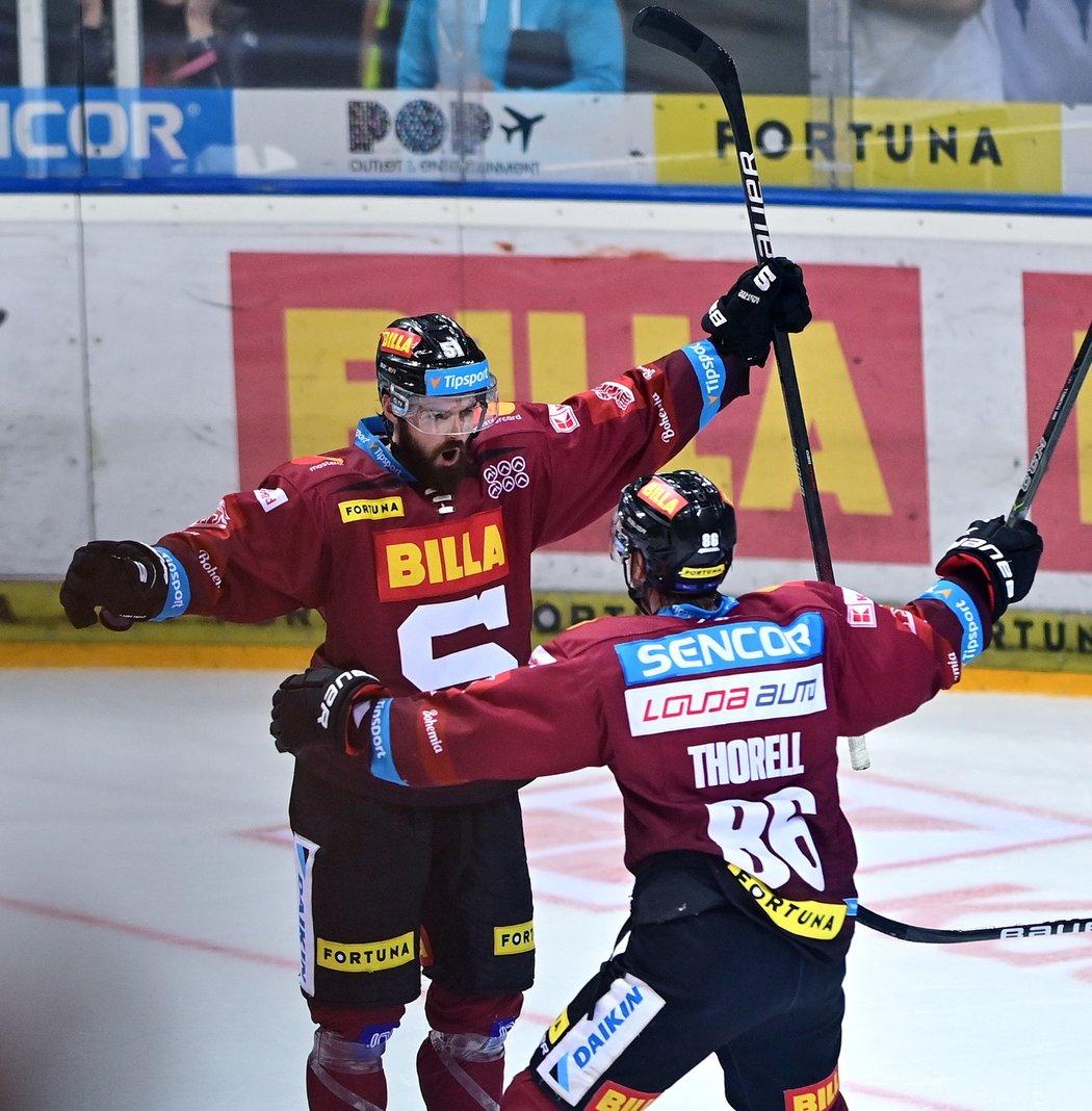 Útočník Sparty Roman Horák (vlevo) oslavuje vstřelený gól