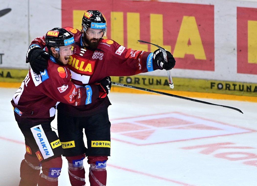 Sparťan Roman Horák slaví vstřelený gól se švédským parťákem Erikem Thorellem
