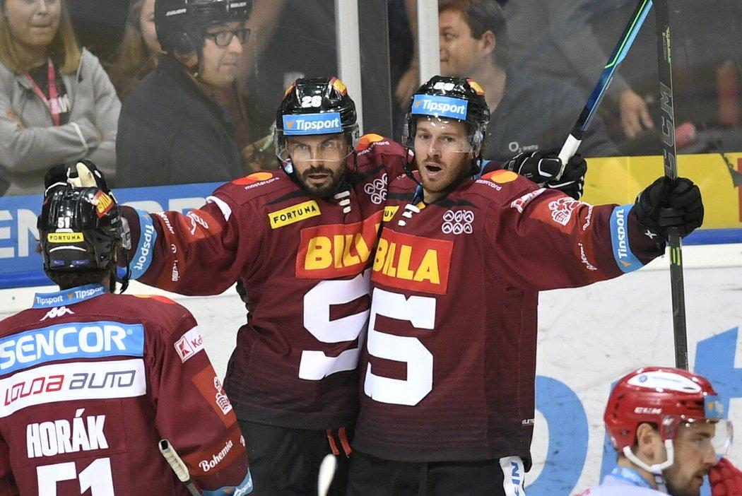 Kapitán Sparty Michal Řepík (vlevo) se raduje z gólu společně s parťákem Erikem Thorellem