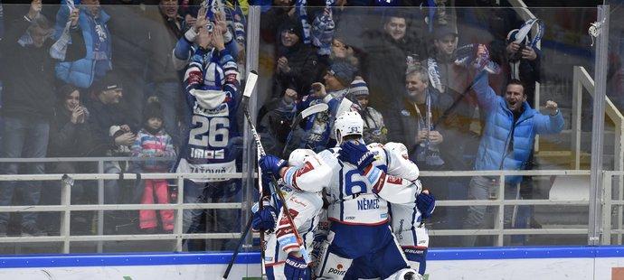 Hokejisté Komety Brno se radují z gólu do sítě plzeňského soupeře.