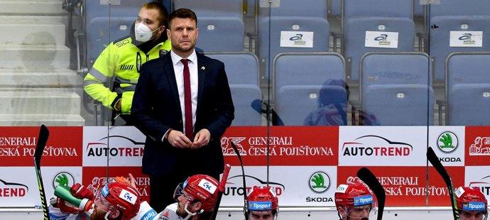 Třinecký kouč Václav Varaďa na střídačce během finále play off