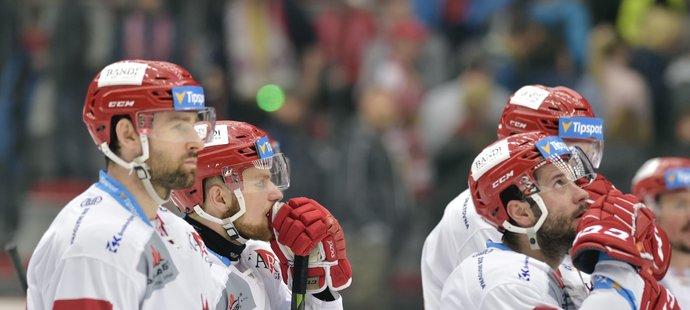 Třinečtí hokejisté smutní po druhé domácí prohře v semifinále proti Plzni