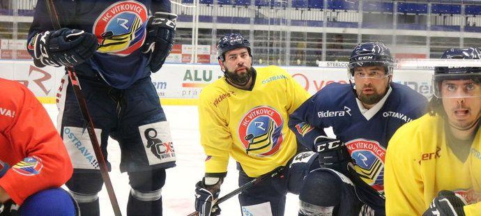 Roman Polák (uprostřed) absolvoval první trénink s Vítkovicemi