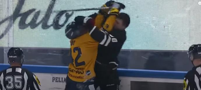 Velký talent slovenského hokeje Juraj Slafkovský si získal fanoušky Turku díky ukázkové potyčce se soupeřem z Raumy