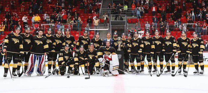 Úřadující šampioni KHL z Omsku s brankářem Šimonem Hrubcem (dole uprostřed) zahájili novou sezonu výhrou 4:0 nad CSKA Moskva