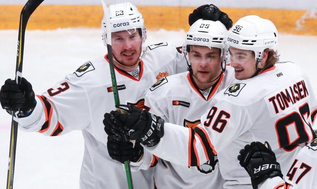 Čeští hokejisté Radan Lenc (uprostřed) a David Tomášek (vpravo) řídili vítězství Chabarovsku nad CSKA Moskva