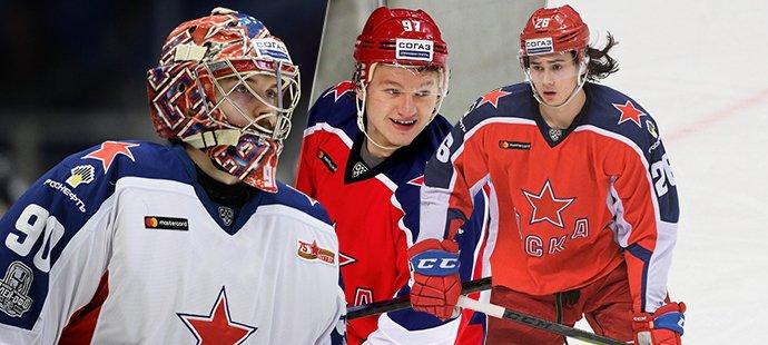 Tři ruští hokejisté (zleva) Ilja Sorokin, Kirill Kaprizov a Alexander Romanov hrající za CSKA Moskva by měli brzy zamířit do NHL, do rozšířeného play off však nastoupit nemohou