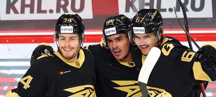 Slovenský útočník Peter Cehlárik (vlevo) si při premiérovém startu v KHL připsal dva góly a asistenci