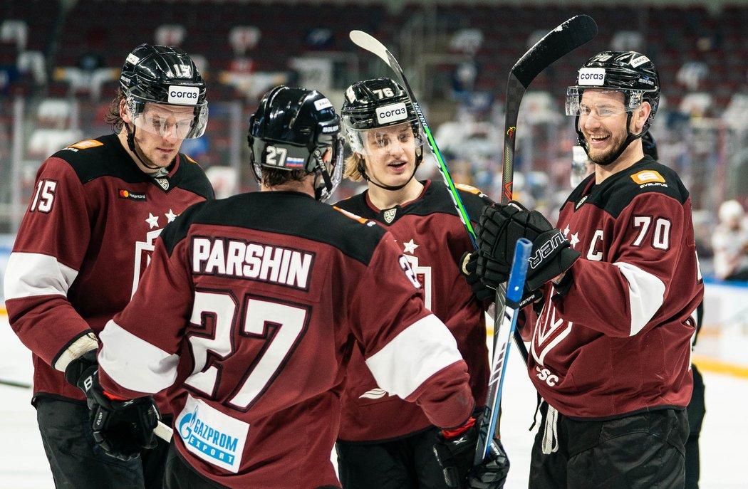 Hokejisté Rigy se radují ze vstřelené branky