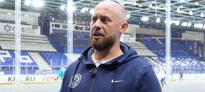 Ruský hokejový fanoušek Alexander Kovalčuk vyhrál v Novosibirsku soutěž o možnost stát se na jeden den trenérem týmu KHL