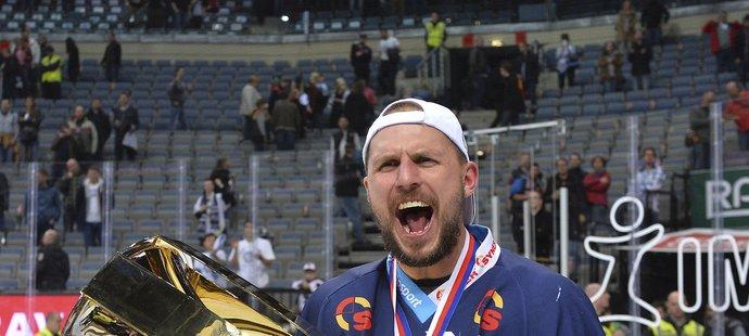 Petr Vampola slaví extraligový titul. Od příští sezony však bude oblékat dres Boleslavi