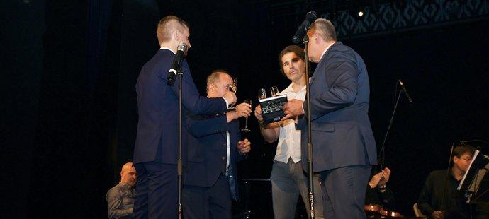 Slavnostního křtu knihy Milana Nového se zhostili bývalí spoluhráči Jaromír Jágr a Milan Volf (vpravo)