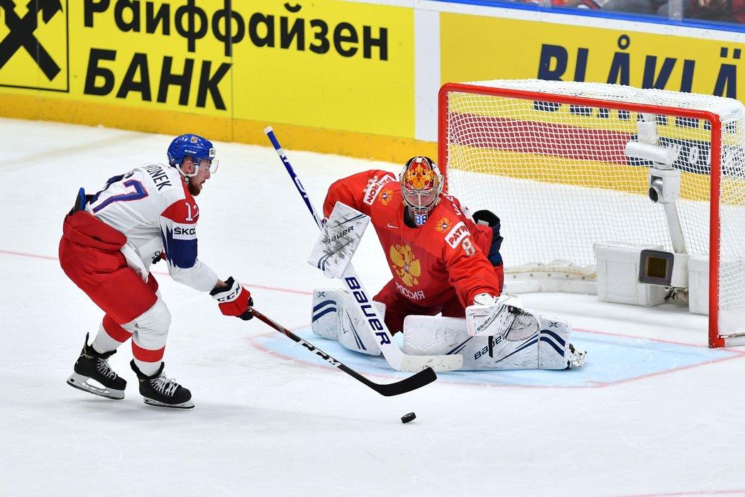 Český obránce Filip Hronek během zápasu mistrovství světa proti Rusku