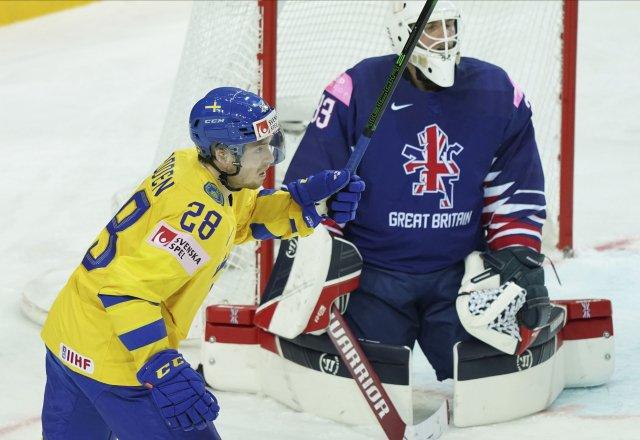 Jesper Frödén oslavuje gól, vzadu smutní brankář Velké Británie Ben Bowns