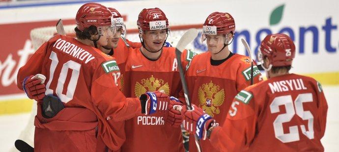 Ruští hokejisté oslavují druhý gól. Druhý zleva je střelec obou branek Kirill Marčenko.