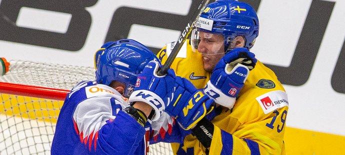 Boris Česánek ze Slovenska a David Gustafsson ze Švédska během strkanice před brankou