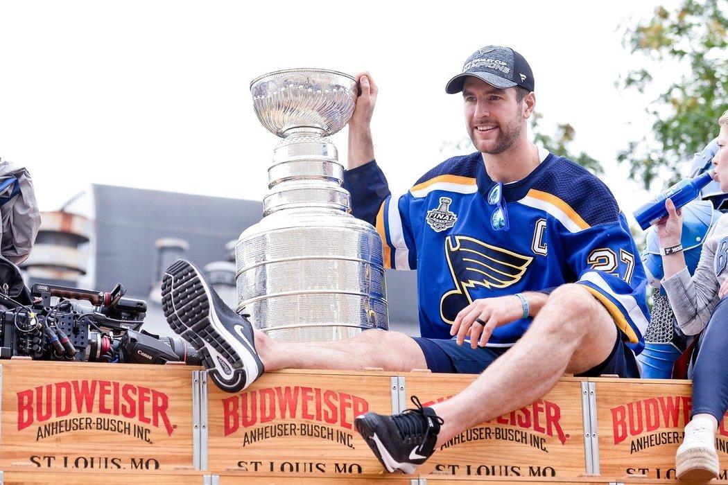 Další působení kapitána úřadujících šampionů Stanley Cupu Alexe Pietrangela v organizaci Blues se stává předmětem spekulací.