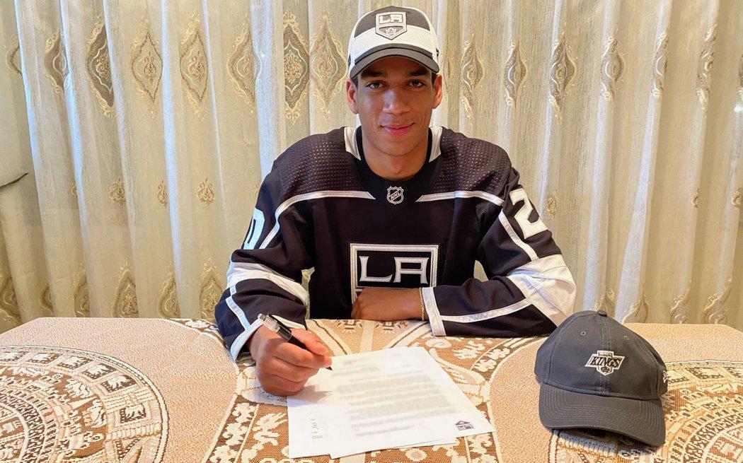 Kanadský útočník Quinton Byfield, který se stal dvojkou draftu NHL 2020, uzavřel s Los Angeles tříletou nováčkovskou smlouvu