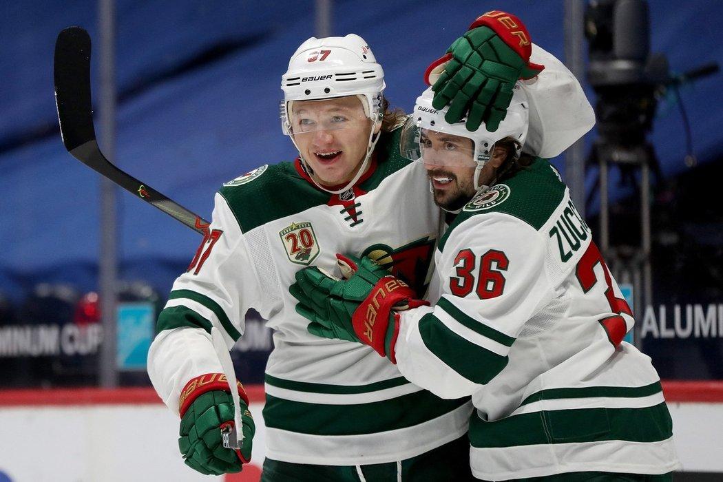 Ruský útočník Kirill Kaprizov (vlevo) z Minnesoty se raduje z gólu společně s norským parťákem Matsem Zuccarellem