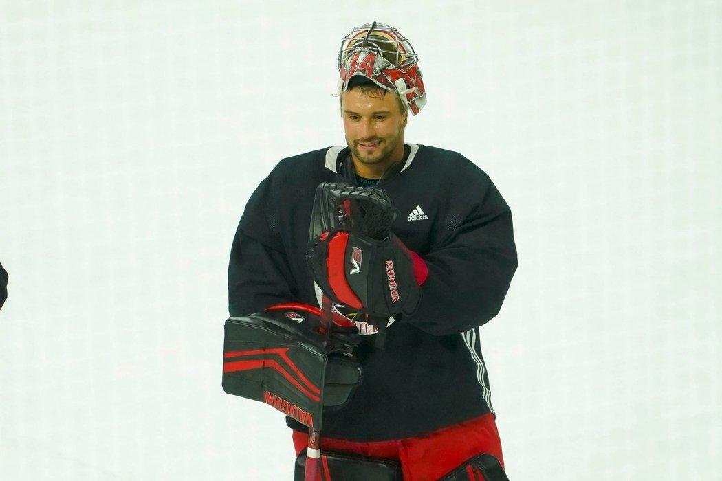 Petr Mrázek na tréninku Caroliny. Dokážete si ho představit v Edmontonu?