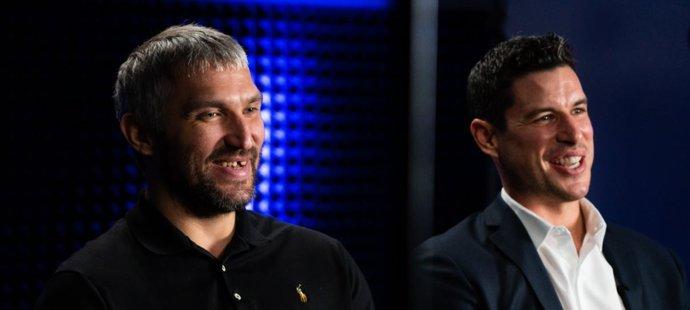 Kapitán Pittsburghu Sidney Crosby (vpravo) během mediálního dne NHL přiznal, že Alexandru Ovečkinovi přeje, ať dožene Wayna Gretzkého