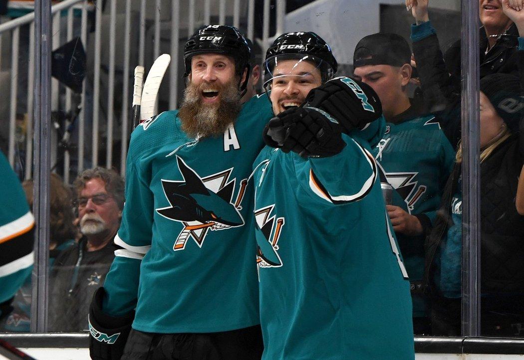 Legendární útočník San Jose Joe Thornton (vlevo) se před novou sezonou NHL rozehraje ve Švýcarsku