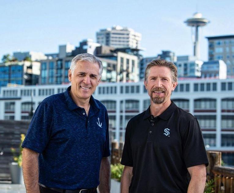 Dva klíčoví muži Seattle Kraken - generální manažer nováčka NHL Ron Francis (vlevo) a trenér David Hakstol