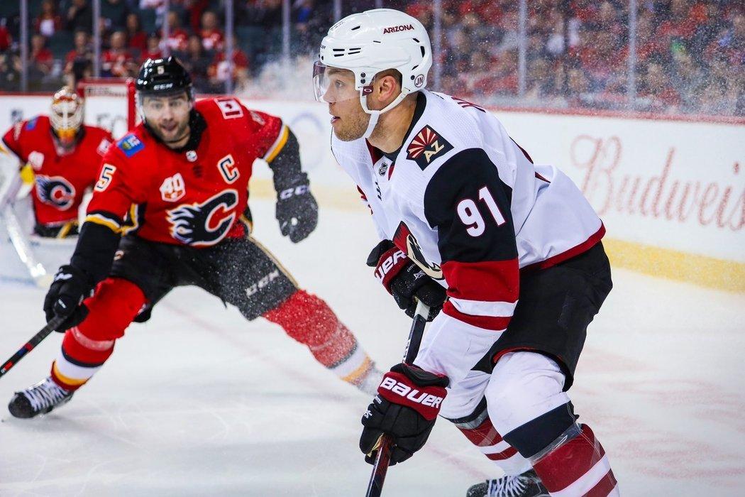 """Zůstane Taylor Hall v Arizoně? Hlavní kouč Rick Toccchet je přesvědčený, že """"Kojoti"""" jsou jedním z týmů NHL, se kterými 28letý Kanaďan zvažuje dlouhodobou spolupráci."""