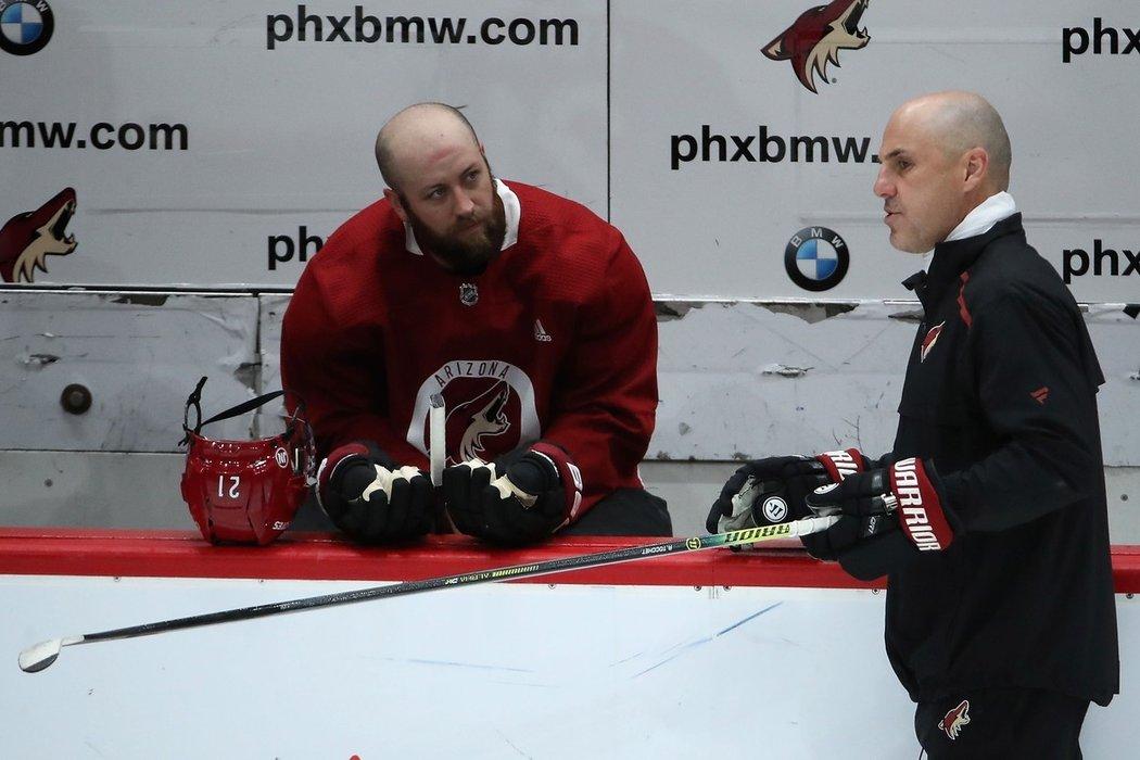 Zkušený útočník Derek Stepan v rozpravě s trenérem Rickem Tocchetem